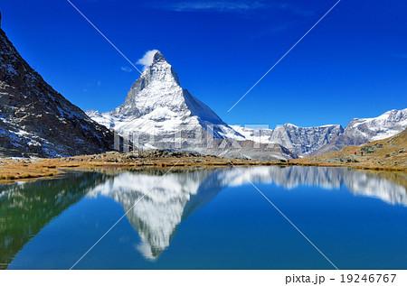 スイス リッフェル湖と逆さマッターホルン 19246767