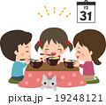 年越しそばを食べる家族 19248121