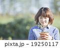 植木鉢を持つ女性 19250117