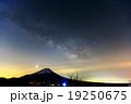 竜ヶ岳から富士山に登る夏の天の川 19250675