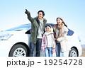 ドライブする若い家族 19254728