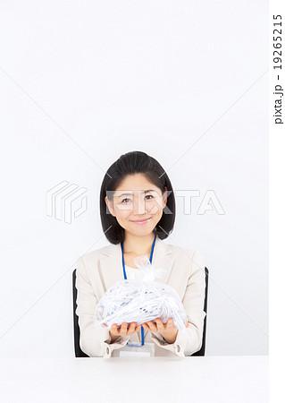 シュレッターごみを捨てるビジネス女性 19265215