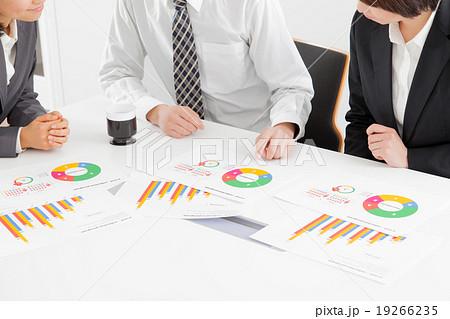 会議室で資料を検討するビジネス男女 グラフ 19266235