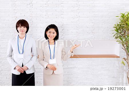 ビジネス おすすめする受付の女性2人 19273001