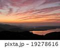 放射状の朝焼け雲 赤 19278616