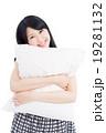 枕を抱いた女性 19281132
