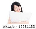 枕を抱いた女性 19281133