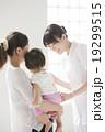 看護師と親子(赤ちゃん) 19299515