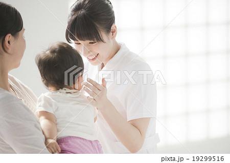 看護師と親子(赤ちゃん) 19299516