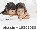 砂時計を見る日本人姉妹 19309088