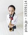 サックスを吹く女子中学生 19309114