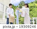 洗濯物を干す夫婦 19309246