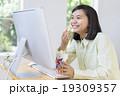 パソコンを見る笑顔の女の子 19309357