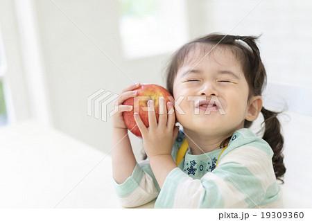 口をすぼめる女の子 19309360