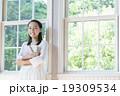 女の子 子供 窓辺の写真 19309534