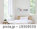 窓辺のベッド 19309550