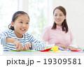 折り紙で遊ぶ女の子 19309581