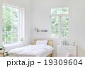窓辺のベッド 19309604