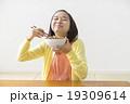 牛丼を食べる女の子 19309614