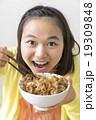牛丼を食べる女の子 19309848