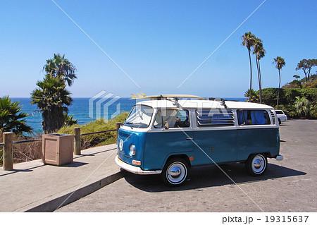 フォルクスワーゲン・バス サーフボードを積むワーゲンバス カリフォルニア西海岸 19315637