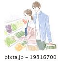 スーパーで買い物するカップル 19316700