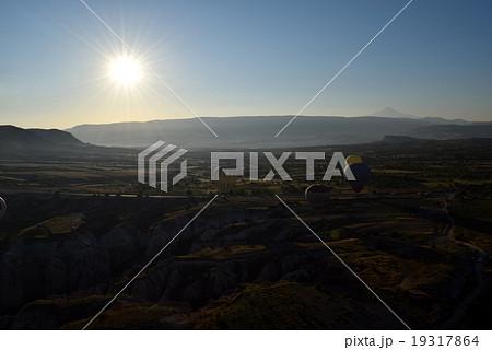 朝日を浴びる気球とカッパドキアの大地 19317864