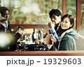 友人と食事をするカップル 19329603
