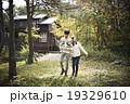 山道を散歩するカップル 19329610
