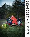 テントで談笑するカップル 19329656