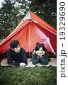 テントで寝転ぶカップル 19329690