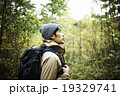 森の中を見つめる男性 19329741