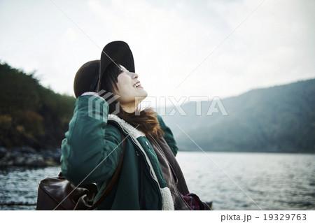 湖でリフレッシュする女性 19329763