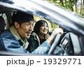 運転する男性 19329771