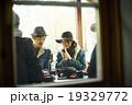 友人と食事を楽しむカップル 19329772
