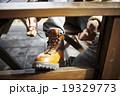 ブーツの紐を結ぶ男性 19329773