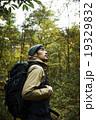 森林の冒険する男性 19329832