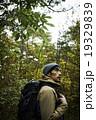 森林の冒険する男性 19329839