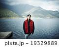 湖で佇む男性 19329889