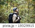 森林を冒険する男性 19329915