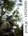 森林を冒険する男性 19329980