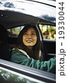 運転をする女性 19330044