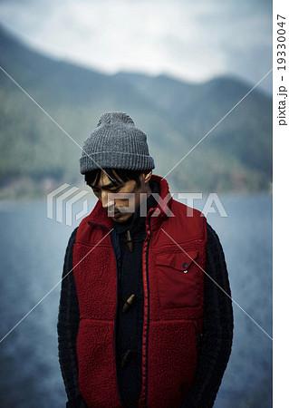 湖でポージングする男 19330047