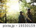 森林を散策するカップル 19330159