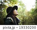 森林を散策する女性 19330200