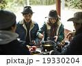 友人と食事を楽しむカップル 19330204