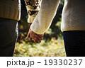 手をつなぐカップル 19330237