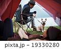 テントでくつろぐ女性 19330280