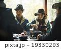 友人と食事を楽しむカップル 19330293