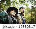 森林を散策するカップル 19330317
